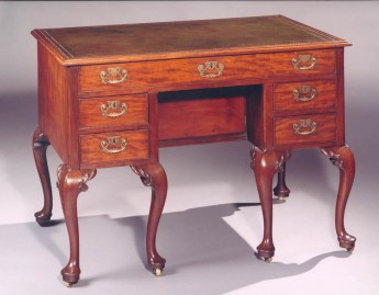 Rare mahogany knee-hole Table